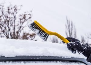 Auto befreien von Schnee